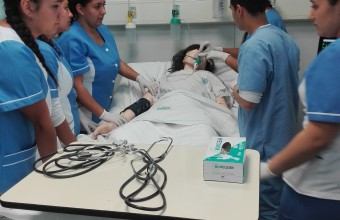 Alumnos de establecimiento educacional de La Granja conocen la carrera de Enfermería de la UDD