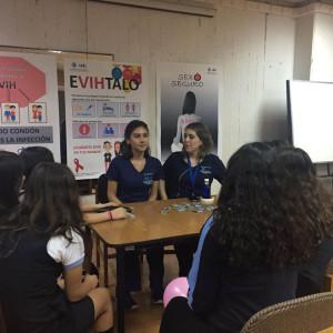 Alumnas participan de actividad de autocuidado en Feria de salud