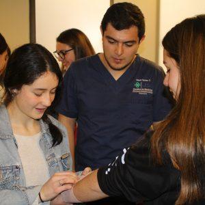 Enfermería UDD atendió a futuros estudiantes en Encuentro Carreras de la Salud en Clínica Alemana