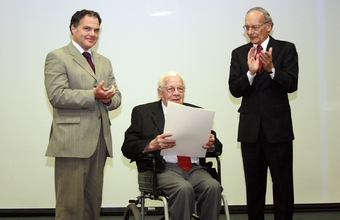 Dr. Humberto Güiraldes recibió el Premio al Mérito Odontológico Nacional