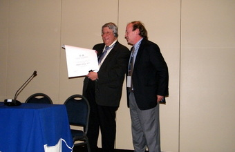 Decano entrega diploma de profesor visitante al Dr. Stephen Ludwig de The Children's Hospital of Philadelphia