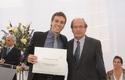 Dr. Pablo Vial entrega diploma a José Tomás Echeverría