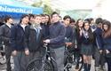 Ganador de bicicleta y sus compañeros