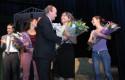Dr. Vial entrega flores a Alejandra Rubio - Pieles 2014