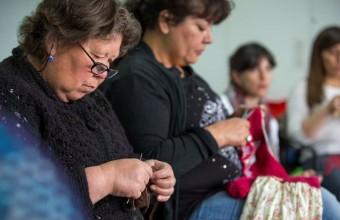 Taller de tejidos para familias de niños con enfermedades crónicas en el Hospital Padre Hurtado