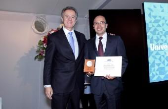 Docentes y estudiantes de la Facultad de Medicina reciben premio a la excelencia
