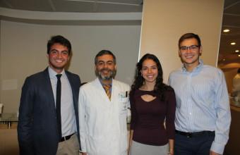 Alumnos de Medicina UDD exponen en primer taller Rojo Pupilar y examen oftalmológico en control del niño sano