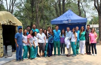 Egresados de Odontología UDD realizaron atenciones gratuitas a vecinos de Las Condes